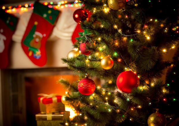 Albero e palline colorate: un elemento classico di ansia da Natale