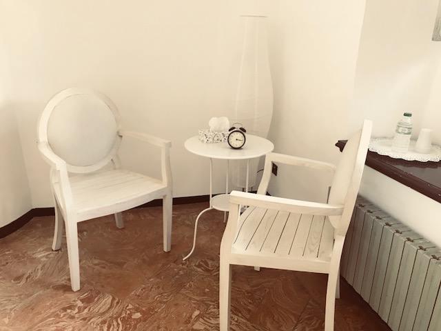 psicoterapia studio sedie e tavolo dove parlare